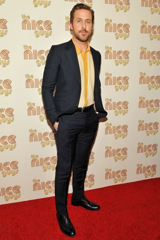 Ryan Gosling trägt Schwarzer Anzug, Gelbes Kurzarmhemd, Schwarze Leder Brogues, Schwarzer Ledergürtel