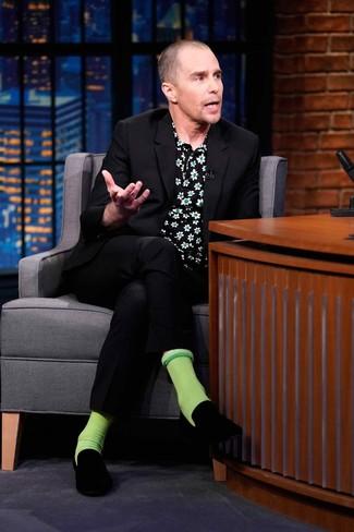 Wie kombinieren: schwarzer Anzug, schwarzes Kurzarmhemd mit Blumenmuster, schwarze Samt Slipper, grüne Socken