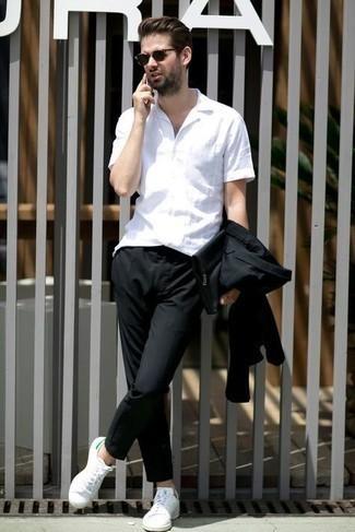 Weiße und grüne Leder niedrige Sneakers kombinieren – 108 Herren Outfits: Kombinieren Sie einen schwarzen Anzug mit einem weißen Kurzarmhemd für eine klassischen und verfeinerte Silhouette. Wenn Sie nicht durch und durch formal auftreten möchten, wählen Sie weißen und grünen Leder niedrige Sneakers.