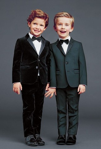 Wie kombinieren: schwarzer Anzug, weißes Langarmhemd, schwarze Oxford Schuhe, schwarze Fliege