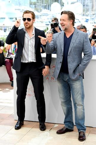 Ryan Gosling trägt Schwarzer Anzug, Weißes vertikal gestreiftes Langarmhemd, Schwarze Leder Slipper, Schwarze Sonnenbrille