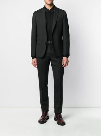Wie kombinieren: schwarzer Anzug, schwarzer Polo Pullover, dunkelrote Lederfreizeitstiefel, schwarzer Ledergürtel