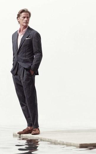 40 Jährige: Outfits Herren 2020: Kombinieren Sie einen schwarzen vertikal gestreiften Anzug mit einem rosa Polohemd, um einen eleganten, aber nicht zu festlichen Look zu kreieren. Fühlen Sie sich mutig? Vervollständigen Sie Ihr Outfit mit braunen Wildleder Slippern mit Quasten.