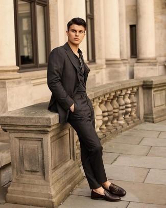Dunkelbraune Leder Slipper kombinieren – 500+ Herren Outfits: Stechen Sie unter anderen modebewussten Menschen hervor mit einem schwarzen Anzug und einem schwarzen Polohemd. Vervollständigen Sie Ihr Outfit mit dunkelbraunen Leder Slippern, um Ihr Modebewusstsein zu zeigen.