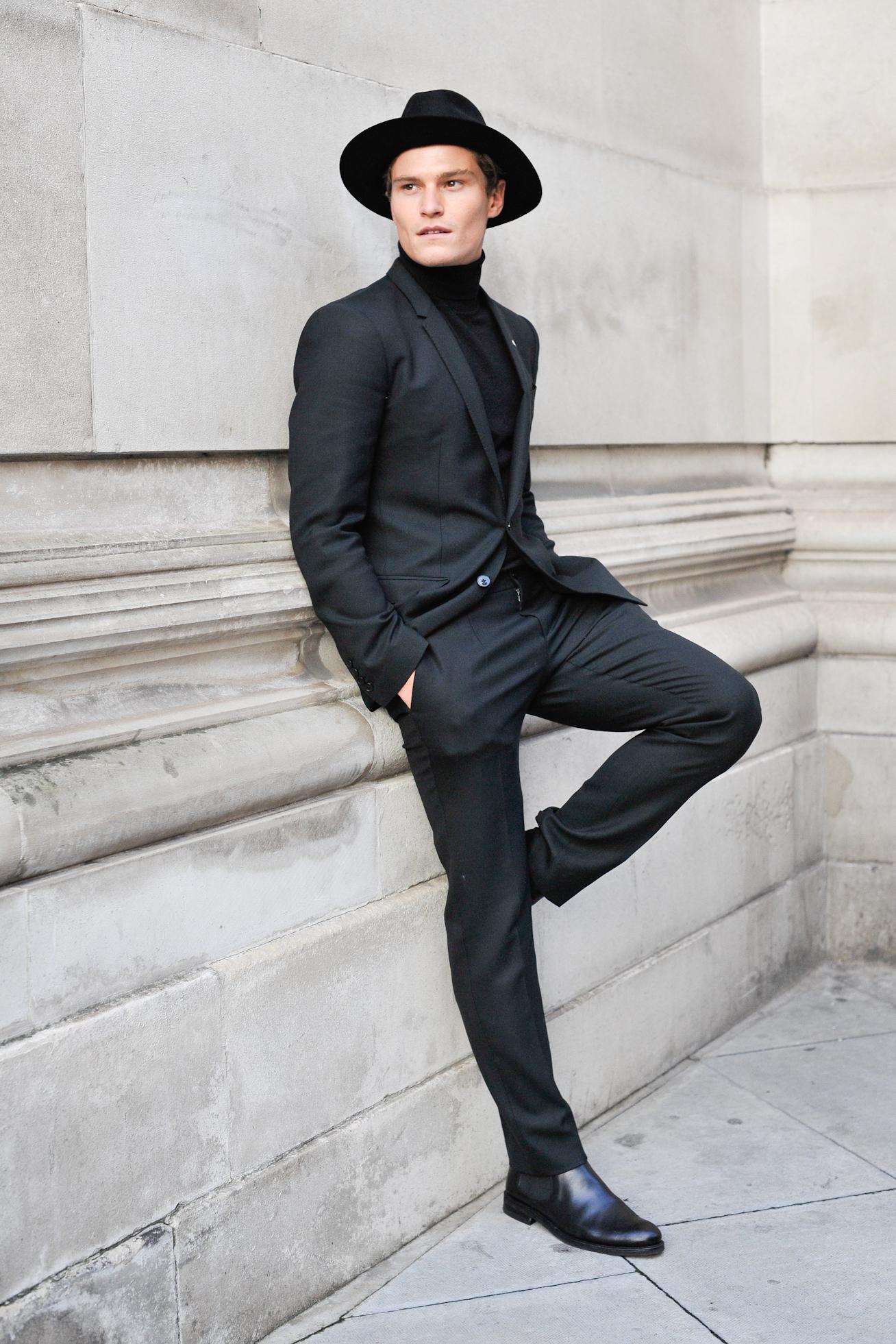 the best attitude ee12f 1b547 schwarzer Anzug, schwarzer Rollkragenpullover, schwarze ...