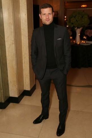 Dermot O'Leary trägt schwarzer Anzug, schwarzer Rollkragenpullover, schwarze Leder Oxford Schuhe, graues Einstecktuch