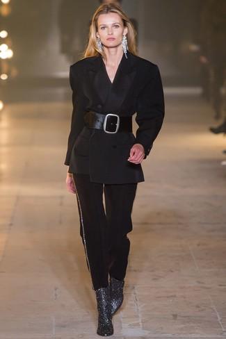 schwarzer Anzug, silberne Leder Stiefeletten, schwarzer Leder Taillengürtel, transparente Ohrringe für Damen