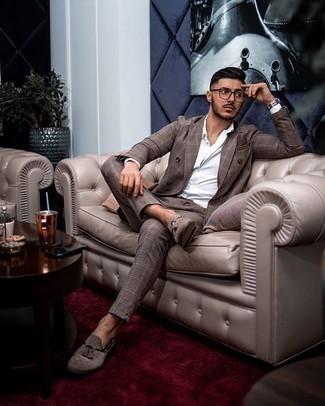 Silberne Uhr kombinieren – 776+ Elegante Herren Outfits: Kombinieren Sie einen braunen Anzug mit Schottenmuster mit einer silbernen Uhr für ein Alltagsoutfit, das Charakter und Persönlichkeit ausstrahlt. Fügen Sie braunen Wildleder Slipper mit Quasten für ein unmittelbares Style-Upgrade zu Ihrem Look hinzu.
