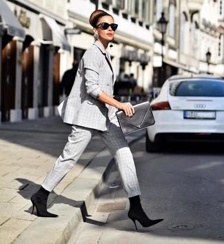 Wie kombinieren: grauer Anzug mit Schottenmuster, schwarze elastische Stiefeletten, schwarze Leder Clutch, schwarze Sonnenbrille
