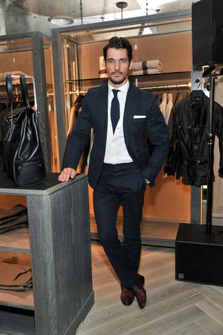 David Gandy trägt Dunkelblauer Wollanzug, Weiße Strickjacke, Weißes Businesshemd, Dunkelrote Leder Oxford Schuhe