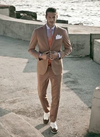Wie kombinieren: beige Anzug, orange Strickjacke, hellblaues Businesshemd, weiße und braune Leder Brogues