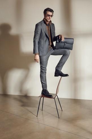 Dunkelgraue Krawatte kombinieren – 500+ Herren Outfits: Entscheiden Sie sich für einen grauen Anzug und eine dunkelgraue Krawatte für eine klassischen und verfeinerte Silhouette. Warum kombinieren Sie Ihr Outfit für einen legereren Auftritt nicht mal mit schwarzen Chelsea Boots aus Leder?