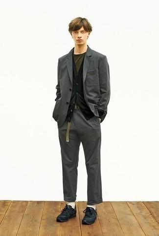Schwarze Sportschuhe kombinieren – 500+ Herren Outfits: Paaren Sie einen dunkelgrauen Anzug mit einer schwarzen Strickjacke für eine klassischen und verfeinerte Silhouette. Wenn Sie nicht durch und durch formal auftreten möchten, ergänzen Sie Ihr Outfit mit schwarzen Sportschuhen.