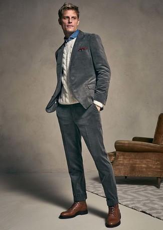 Weißen Strickpullover kombinieren: trends 2020: Machen Sie sich mit einem weißen Strickpullover und einem dunkelgrauen Anzug einen verfeinerten, eleganten Stil zu Nutze. Fühlen Sie sich mutig? Komplettieren Sie Ihr Outfit mit einer braunen Lederfreizeitstiefeln.