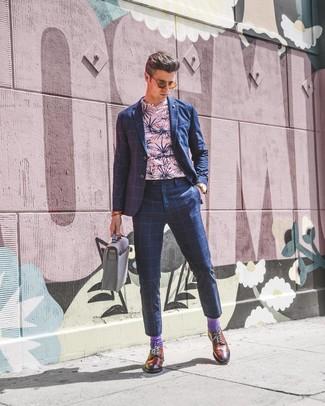 Wie kombinieren: dunkelblauer Anzug mit Karomuster, rosa T-Shirt mit einem Rundhalsausschnitt mit Blumenmuster, rotbraune Leder Brogues, graue Leder Aktentasche