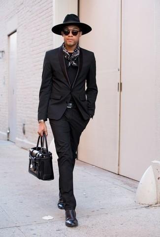 Hut kombinieren – 1200+ Herren Outfits: Erwägen Sie das Tragen von einem schwarzen Anzug und einem Hut für ein großartiges Wochenend-Outfit. Ergänzen Sie Ihr Outfit mit schwarzen Chelsea Boots aus Leder, um Ihr Modebewusstsein zu zeigen.