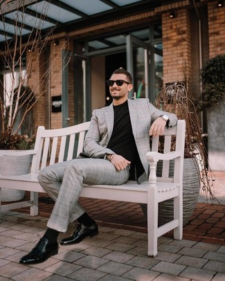 Wie kombinieren: grauer Anzug mit Schottenmuster, schwarzes T-Shirt mit einem Rundhalsausschnitt, schwarze Leder Derby Schuhe, schwarze Sonnenbrille