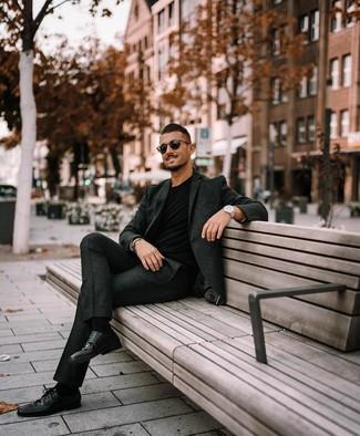 Wie kombinieren: dunkelgrauer Wollanzug, schwarzes T-Shirt mit einem Rundhalsausschnitt, schwarze Leder Derby Schuhe, schwarze Sonnenbrille