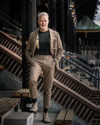 Hellbeige Hosenträger kombinieren – 30 Herren Outfits: Die Vielseitigkeit von einem beige Anzug und einem hellbeige Hosenträger machen sie zu einer lohnenswerten Investition. Fühlen Sie sich ideenreich? Entscheiden Sie sich für eine hellbeige Wildlederfreizeitstiefel.