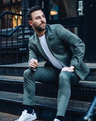 Wie kombinieren: dunkeltürkiser Anzug, weißes T-Shirt mit einem Rundhalsausschnitt, weiße Leder niedrige Sneakers, dunkelrote Lederuhr