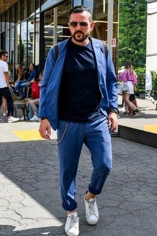 Weiße Leder niedrige Sneakers kombinieren: Smart-Casual-Outfits für Sommer: trends 2020: Erwägen Sie das Tragen von einem blauen Anzug und einem dunkelblauen T-Shirt mit einem Rundhalsausschnitt, um einen modischen Freizeitlook zu kreieren. Fühlen Sie sich ideenreich? Entscheiden Sie sich für weißen Leder niedrige Sneakers. Dieses Outfit eignet sich hervorragend für den Sommer.