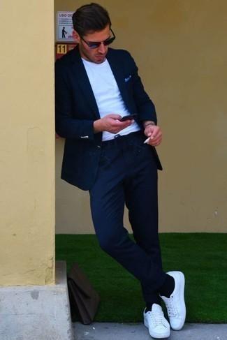 Weiße Leder niedrige Sneakers kombinieren: Smart-Casual-Outfits für Sommer: trends 2020: Kombinieren Sie einen dunkelblauen Anzug mit einem weißen T-Shirt mit einem Rundhalsausschnitt für Drinks nach der Arbeit. Wenn Sie nicht durch und durch formal auftreten möchten, wählen Sie weißen Leder niedrige Sneakers. Schon haben wir ein schöner Look im Sommer.