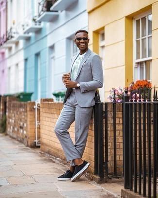 Dunkelgrüne Sonnenbrille kombinieren – 500+ Herren Outfits: Kombinieren Sie einen grauen Anzug mit einer dunkelgrünen Sonnenbrille für ein großartiges Wochenend-Outfit. Schwarze Wildleder niedrige Sneakers sind eine gute Wahl, um dieses Outfit zu vervollständigen.