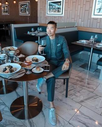 Dunkeltürkisen vertikal gestreiften Anzug kombinieren – 4 Herren Outfits: Paaren Sie einen dunkeltürkisen vertikal gestreiften Anzug mit einem grauen T-Shirt mit einem Rundhalsausschnitt, um einen eleganten, aber nicht zu festlichen Look zu kreieren. Wenn Sie nicht durch und durch formal auftreten möchten, wählen Sie weißen Leder niedrige Sneakers.