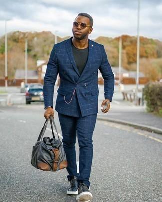 Anzug kombinieren – 1200+ Herren Outfits: Kombinieren Sie einen Anzug mit einem schwarzen T-Shirt mit einem Rundhalsausschnitt, um einen modischen Freizeitlook zu kreieren. Machen Sie diese Aufmachung leger mit schwarzen und weißen Leder niedrigen Sneakers.