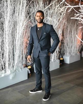 Weißes Einstecktuch kombinieren – 500+ Herren Outfits: Entscheiden Sie sich für einen dunkelblauen vertikal gestreiften Anzug und ein weißes Einstecktuch für ein bequemes Outfit, das außerdem gut zusammen passt. Schwarze und weiße Leder niedrige Sneakers sind eine kluge Wahl, um dieses Outfit zu vervollständigen.