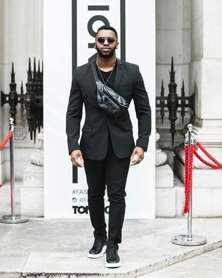Sommer Outfits Herren 2020: Paaren Sie einen schwarzen Anzug mit einem schwarzen T-Shirt mit einem Rundhalsausschnitt für Ihren Bürojob. Fühlen Sie sich mutig? Entscheiden Sie sich für schwarzen und weißen Leder niedrige Sneakers. Ein trendiger Look für den Sommer.