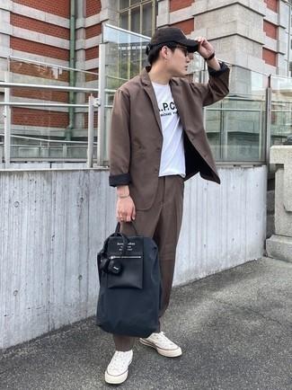Dunkelblaue Shopper Tasche aus Segeltuch kombinieren – 247 Herren Outfits: Kombinieren Sie einen braunen Anzug mit einer dunkelblauen Shopper Tasche aus Segeltuch, um mühelos alles zu meistern, was auch immer der Tag bringen mag. Weiße Segeltuch niedrige Sneakers sind eine gute Wahl, um dieses Outfit zu vervollständigen.