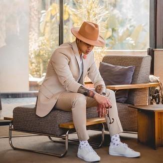 20 Jährige: Transparente Sonnenbrille kombinieren – 500+ Herren Outfits: Kombinieren Sie einen hellbeige Anzug mit einer transparenten Sonnenbrille für einen bequemen Alltags-Look. Weiße Segeltuch niedrige Sneakers sind eine großartige Wahl, um dieses Outfit zu vervollständigen.