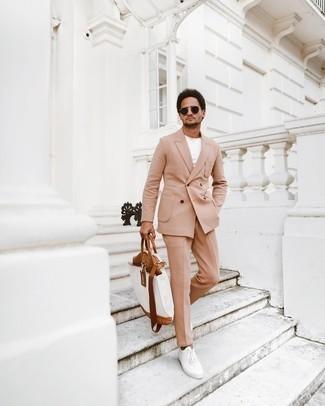 Weiße Shopper Tasche aus Segeltuch kombinieren – 395 Herren Outfits: Kombinieren Sie einen beige Anzug mit einer weißen Shopper Tasche aus Segeltuch, um mühelos alles zu meistern, was auch immer der Tag bringen mag. Weiße Segeltuch niedrige Sneakers sind eine großartige Wahl, um dieses Outfit zu vervollständigen.