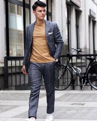 Einstecktuch kombinieren – 500+ Herren Outfits: Kombinieren Sie einen dunkelgrauen Anzug mit Karomuster mit einem Einstecktuch für ein großartiges Wochenend-Outfit. Weiße Leder niedrige Sneakers sind eine gute Wahl, um dieses Outfit zu vervollständigen.