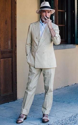 Hellbeige Anzug kombinieren: trends 2020: Kombinieren Sie einen hellbeige Anzug mit einem weißen T-Shirt mit einem Rundhalsausschnitt, um einen modischen Freizeitlook zu kreieren. Dunkelrote Leder Oxford Schuhe bringen Eleganz zu einem ansonsten schlichten Look.