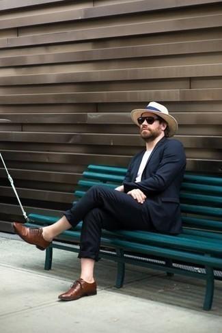 Hellbeige Strohhut kombinieren: trends 2020: Paaren Sie einen dunkelblauen Anzug mit einem hellbeige Strohhut für einen bequemen Alltags-Look. Braune Leder Oxford Schuhe putzen umgehend selbst den bequemsten Look heraus.