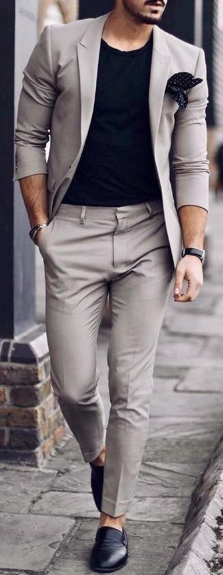Wie kombinieren: grauer Anzug, schwarzes T-Shirt mit einem Rundhalsausschnitt, schwarze Slip-On Sneakers aus Leder, schwarzes und weißes gepunktetes Einstecktuch