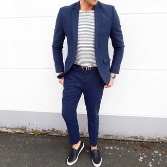 Wie kombinieren: dunkelblauer Wollanzug, weißes und dunkelblaues horizontal gestreiftes T-Shirt mit einem Rundhalsausschnitt, schwarze Slip-On Sneakers aus Leder, schwarzer Ledergürtel