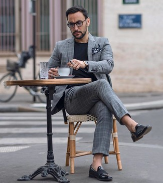 Wie kombinieren: grauer Anzug mit Schottenmuster, schwarzes T-Shirt mit einem Rundhalsausschnitt, schwarze Leder Slipper, schwarzes und weißes gepunktetes Einstecktuch