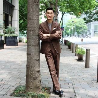 Herren Outfits 2020: Stechen Sie unter anderen modebewussten Menschen hervor mit einem braunen Anzug und einem grauen horizontal gestreiften T-Shirt mit einem Rundhalsausschnitt. Komplettieren Sie Ihr Outfit mit dunkelgrünen Leder Slippern, um Ihr Modebewusstsein zu zeigen.