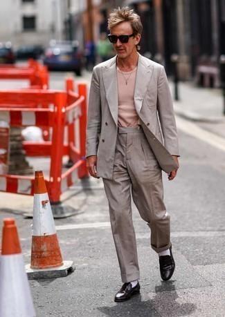 Hosenträger kombinieren – 355 Herren Outfits: Tragen Sie einen grauen Anzug und einen Hosenträger, um mühelos alles zu meistern, was auch immer der Tag bringen mag. Dunkelbraune Leder Slipper sind eine einfache Möglichkeit, Ihren Look aufzuwerten.