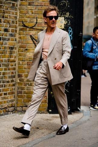 Hosenträger kombinieren – 121 Smart-Casual Herren Outfits: Vereinigen Sie einen hellbeige Anzug mit einem Hosenträger für ein sonntägliches Mittagessen mit Freunden. Fühlen Sie sich mutig? Vervollständigen Sie Ihr Outfit mit dunkelbraunen Leder Slippern.