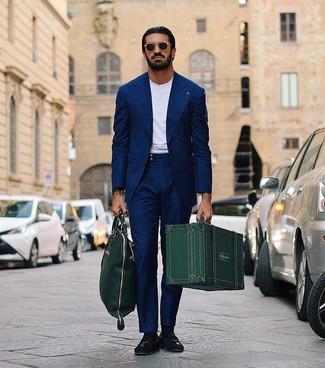 Wie kombinieren: dunkelblauer Anzug, weißes T-Shirt mit einem Rundhalsausschnitt, schwarze Wildleder Slipper mit Quasten, dunkelgrüne Shopper Tasche aus Leder