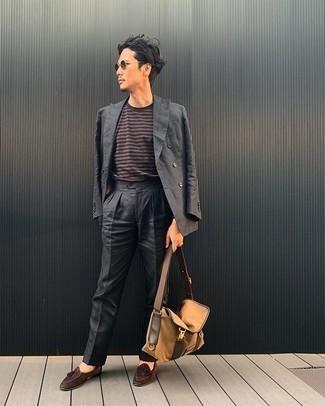 Beige Segeltuch Umhängetasche kombinieren – 31 Herren Outfits: Kombinieren Sie einen dunkelgrauen Anzug mit einer beige Segeltuch Umhängetasche, um mühelos alles zu meistern, was auch immer der Tag bringen mag. Entscheiden Sie sich für braunen Wildleder Slipper mit Quasten, um Ihr Modebewusstsein zu zeigen.