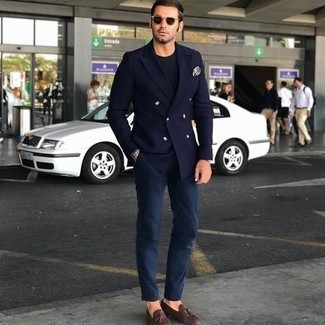 Dunkelblauen Anzug kombinieren – 1200+ Herren Outfits: Paaren Sie einen dunkelblauen Anzug mit einem dunkelblauen T-Shirt mit einem Rundhalsausschnitt, um einen eleganten, aber nicht zu festlichen Look zu kreieren. Fühlen Sie sich ideenreich? Wählen Sie dunkelbraunen Wildleder Slipper mit Quasten.