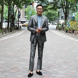 Herren Outfits 2020: Kombinieren Sie einen grauen Anzug mit einem hellblauen T-Shirt mit einem Rundhalsausschnitt, um einen eleganten, aber nicht zu festlichen Look zu kreieren. Heben Sie dieses Ensemble mit schwarzen Wildleder Slippern mit Quasten hervor.