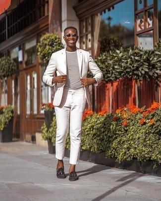 Dunkelbraune Wildleder Slipper mit Quasten kombinieren – 500+ Herren Outfits: Kombinieren Sie einen weißen Anzug mit einem weißen horizontal gestreiften T-Shirt mit einem Rundhalsausschnitt für Drinks nach der Arbeit. Fühlen Sie sich mutig? Entscheiden Sie sich für dunkelbraunen Wildleder Slipper mit Quasten.