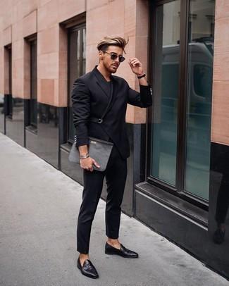 Schwarze Leder Clutch Handtasche kombinieren – 327 Herren Outfits: Kombinieren Sie einen schwarzen Anzug mit einer schwarzen Leder Clutch Handtasche für ein bequemes Outfit, das außerdem gut zusammen passt. Fühlen Sie sich mutig? Komplettieren Sie Ihr Outfit mit schwarzen Leder Slippern mit Quasten.
