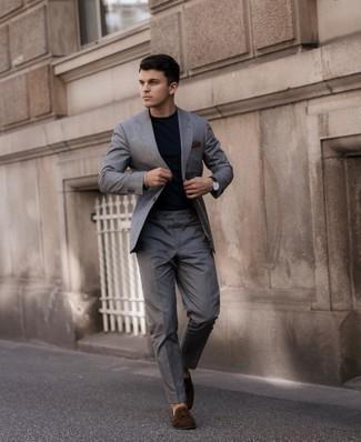 Herren Outfits 2021: Die Paarung aus einem grauen Anzug und einem dunkelblauen T-Shirt mit einem Rundhalsausschnitt ist eine ideale Wahl für einen Tag im Büro. Fühlen Sie sich mutig? Ergänzen Sie Ihr Outfit mit dunkelbraunen Wildleder Slippern mit Quasten.